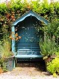Autobank in een Engelse tuin in de vroege Lente royalty-vrije stock fotografie