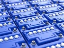 Autobatteriehintergrund. Blaue Akkumulatoren. Stockfotografie