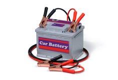 Autobatterij en verbindingsdraadkabels op witte achtergrond worden geïsoleerd die Stock Afbeeldingen