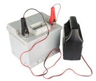 Autobatterij met twee die verbindingsdraadkabels aan de terminals worden geknipt op wit worden geïsoleerd Stock Foto