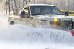 Autobestelwagen van sneeuw door een sneeuwploeg tijdens wintertijd wordt schoongemaakt die royalty-vrije stock foto