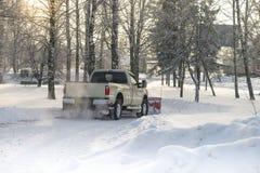 Autobestelwagen van sneeuw door een sneeuwploeg tijdens wintertijd wordt schoongemaakt die stock fotografie