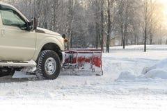 Autobestelwagen van sneeuw door een sneeuwploeg tijdens wintertijd wordt schoongemaakt die royalty-vrije stock fotografie