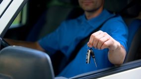 Autobestuurder die automobiele sleutel, aankoop en huur van vervoer, test-aandrijving tonen royalty-vrije stock foto