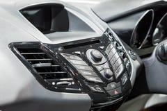 Autobinnenland: Het moderne voorpaneel van het auto audiosysteem stock fotografie