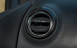 Autobinnenland met close-up van ventilatietraliewerk voor luchtconditio Stock Fotografie
