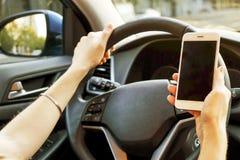 Autobinnenland met vrouwelijke bestuurderszitting achter het wiel, zacht zonsonderganglicht Luxueus voertuigdashboard en elektron royalty-vrije stock foto