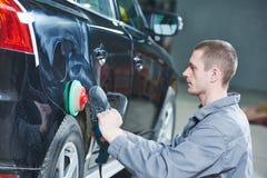 autobody汽车机械师抛光的汽车 免版税图库摄影