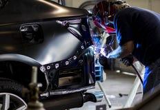Autobody teknikersvetsning Royaltyfria Bilder