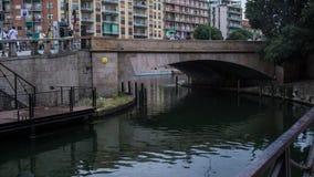 Autobrücke über Fluss in Mailand lizenzfreie stockbilder