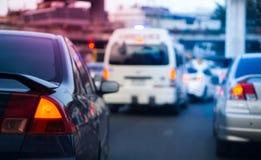 Autobremslicht auf Bangkok-Staustunde mit unscharfem Krankenwagenauto im Notnotbetrieb und im Kopienraum stockbild