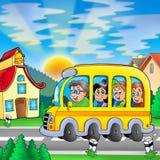 Autobús escolar en el camino Fotografía de archivo libre de regalías