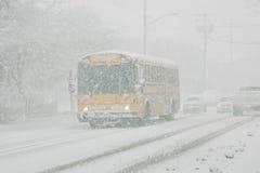 Autobús escolar en tormenta de la nieve Imagen de archivo libre de regalías