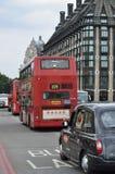 Autobús rojo de Londres y taxi negro viejo en Londres Fotografía de archivo