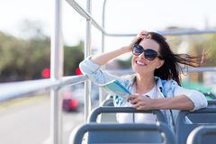 Autobus à couvercle serti de femme Image stock
