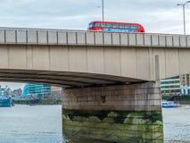 Autobus à impériale rouges sur le pont de Londres Photos stock