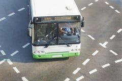 Autobus à l'intersection de ville Photo libre de droits