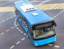 Autobus à l'intersection de ville Photo stock