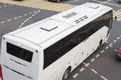 Autobus à l'intersection de ville Photographie stock