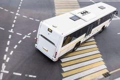 Autobus à l'intersection de ville Image libre de droits