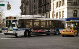Autobus électrique hybride d'air pur sur Broadway New York Photo stock