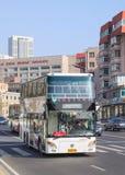 autobus avec impériale blanc sur la rue, Dalian, Chine Images stock