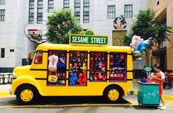 Autobus avec le souvenir sur l'universel Singapour de Sesame Street Photographie stock