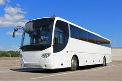 Autobus blanc en été Photographie stock libre de droits