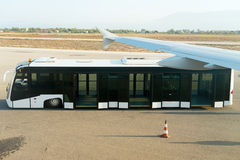 Autobus blanc vide d'aéroport Photographie stock