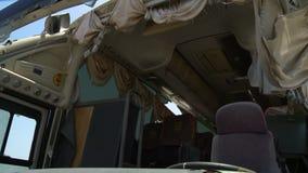 Autobus cassé et vent soufflant par les rideaux banque de vidéos