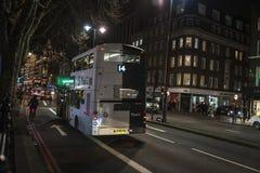 Autobus circulant la nuit à Londres, Angleterre, Royaume-Uni photo libre de droits