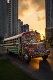 Autobus coloré dans une avenue dans le centre ville de Panamá City au Panama au coucher du soleil Photos libres de droits