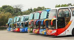 Autobus colorés se garant sur la station Photographie stock