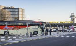 Autobus d'aéroport terminal de départ du terminal 2 du ` s à Milan, Italie, hub d'avion de ligne de budget, Easyjet, entretien à  Photos libres de droits
