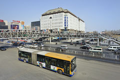 Autobus dans la rue d'achats de Xidan, Pékin, Chine Image stock