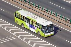 Autobus de fond sur l'autoroute urbaine, Pékin, Chine Photos libres de droits