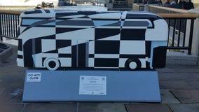 Autobus de Jeux Olympiques de Londres sur la Tamise Images stock