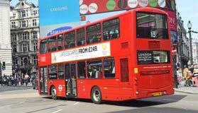 Autobus de Londres dans Piccadilly Photos libres de droits