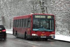 Autobus de Londres dans une tempête de neige de neige Photographie stock