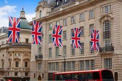 Autobus de Londres et drapeaux du R-U dans le cirque de Piccadilly Image libre de droits