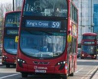 Autobus de Londres sur le pont Londres R-U de Waterloo Photographie stock libre de droits