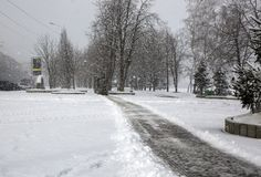 Autobus de nettoyage de neige dans la ville pendant les chutes de neige lourdes Photos stock