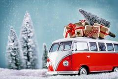 Autobus de Noël avec des cadeaux de Noël photos stock