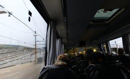 Autobus de passager montant à bord du train R-U d'Eurotunnel Images libres de droits