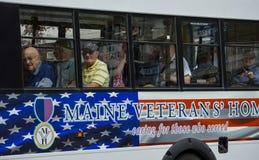 Autobus de tour de vétérans de WWII dans le défilé de Memorial Day Photo libre de droits