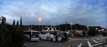 Autobus de touristes à l'aéroport à Sotchi Russie Images libres de droits