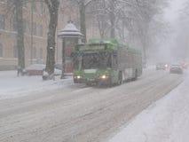 Autobus de ville dans une tempête de neige Images libres de droits