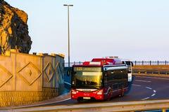 Autobus de ville sur la route photos libres de droits