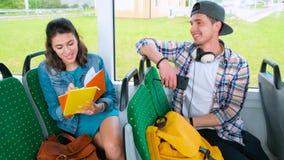autobus do szko?y Przyjaciele Przeglądają pracę domową Na autobusie zdjęcie wideo