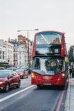 Autobus a due piani rosso numero 18 verso Euston su una via nel mA immagine stock